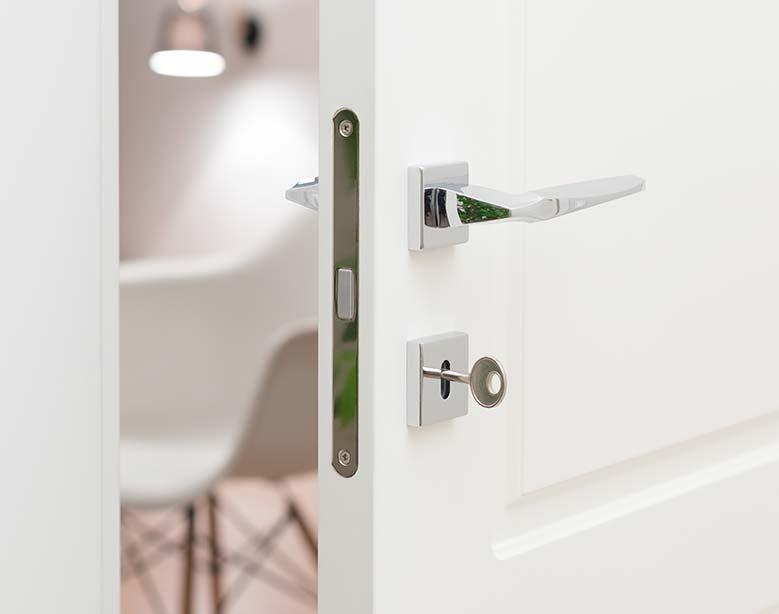 Dettaglio maniglia di una porta in PVC